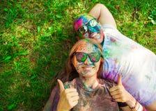 Ο τύπος με ένα κορίτσι γιορτάζει το φεστιβάλ holi, κάνει selfie Στοκ Εικόνες