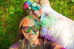 Ο τύπος με ένα κορίτσι γιορτάζει το φεστιβάλ holi, κάνει selfie Στοκ εικόνες με δικαίωμα ελεύθερης χρήσης