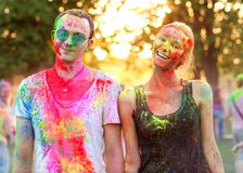 Ο τύπος με ένα κορίτσι γιορτάζει το φεστιβάλ holi Στοκ Φωτογραφίες