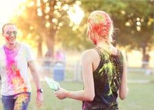 Ο τύπος με ένα κορίτσι γιορτάζει το φεστιβάλ holi Στοκ Εικόνες