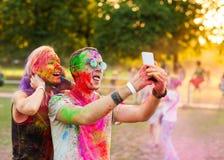 Ο τύπος με ένα κορίτσι γιορτάζει το φεστιβάλ holi Στοκ φωτογραφίες με δικαίωμα ελεύθερης χρήσης