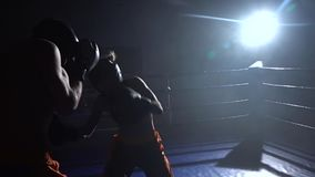 Ο τύπος με ένα κορίτσι προετοιμάζεται για έναν kickboxing ανταγωνισμό κίνηση αργή απόθεμα βίντεο