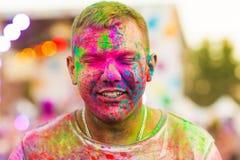 Ο τύπος με γιορτάζει το φεστιβάλ holi Στοκ Φωτογραφίες