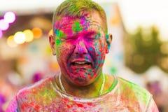 Ο τύπος με γιορτάζει το φεστιβάλ holi Στοκ φωτογραφία με δικαίωμα ελεύθερης χρήσης