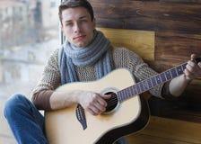 Ο τύπος με την κιθάρα Στοκ εικόνα με δικαίωμα ελεύθερης χρήσης