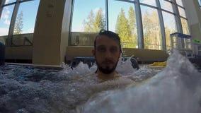 Ο τύπος με τη γενειάδα είναι στη λίμνη με τις φυσαλίδες απόθεμα βίντεο