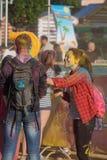 Ο τύπος με το κορίτσι στη Ιερή Πόλη Cheboksary, Chuvash Δημοκρατία, Ρωσία στο φεστιβάλ των χρωμάτων 06/01/2016 Στοκ εικόνα με δικαίωμα ελεύθερης χρήσης