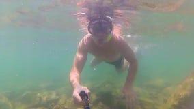Ο τύπος λούζει στη θάλασσα με τα ψάρια Σκάφανδρο που βουτά στις μάσκες Phangan, Ταϊλάνδη φιλμ μικρού μήκους