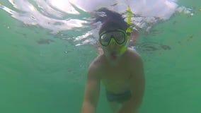 Ο τύπος λούζει στη θάλασσα με τα ψάρια Σκάφανδρο που βουτά στις μάσκες Phangan, Ταϊλάνδη απόθεμα βίντεο