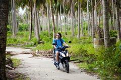 Ο τύπος οδηγά μια μοτοσικλέτα στοκ φωτογραφία με δικαίωμα ελεύθερης χρήσης