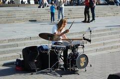 Ο τύπος παίζει τα τύμπανα στο κέντρο πόλεων Στοκ Εικόνα