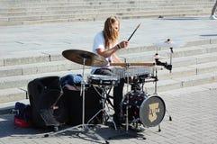 Ο τύπος παίζει τα τύμπανα στο κέντρο πόλεων Στοκ Φωτογραφία