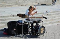 Ο τύπος παίζει τα τύμπανα στο κέντρο πόλεων Στοκ φωτογραφία με δικαίωμα ελεύθερης χρήσης
