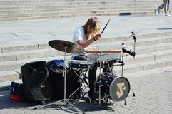 Ο τύπος παίζει τα τύμπανα στο κέντρο πόλεων Στοκ Φωτογραφίες