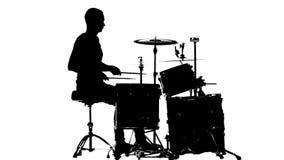 Ο τύπος παίζει τη μουσική στο τύμπανο Άσπρη ανασκόπηση Σκιαγραφίες Πλάγια όψη κίνηση αργή φιλμ μικρού μήκους