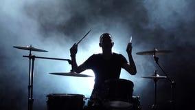Ο τύπος παίζει τη μουσική στο τύμπανο Μαύρο καπνώές υπόβαθρο Σκιαγραφίες Πλάγια όψη κίνηση αργή φιλμ μικρού μήκους