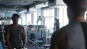 Ο τύπος παίρνει μεγάλος στη γυμναστική απόθεμα βίντεο