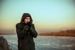 Ο τύπος παγώνει στο παλτό του στοκ φωτογραφία με δικαίωμα ελεύθερης χρήσης