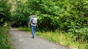Ο τύπος περπατά στα ξύλα φιλμ μικρού μήκους
