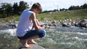 Ο τύπος πλένεται κρύο νερό βουνών Ταξιδιώτης ξημερωμάτων απόθεμα βίντεο