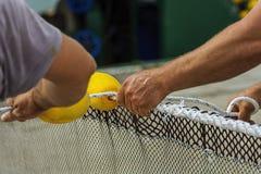 Ο τύπος που κάνει το δίχτυ του ψαρέματος στοκ φωτογραφία