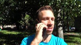 Ο τύπος που μιλά σε ένα τηλέφωνο κυττάρων απόθεμα βίντεο