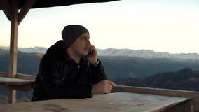 Ο τύπος που μιλά στο τηλέφωνο στα βουνά απόθεμα βίντεο