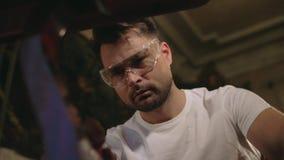 Ο τύπος σπιτιών κάνει την αποκατάσταση των αντικών του απόθεμα βίντεο