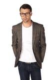 Ο τύπος στα τζιν, την άσπρη μπλούζα, το σακάκι και τα γυαλιά Στοκ Εικόνες