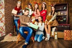 Ο τύπος στην επιχείρηση έξι γυναικών στο δωμάτιο με τα Χριστούγεννα δ στοκ φωτογραφία