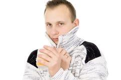 Ο τύπος της Νίκαιας, κρύο, πίνει το τσάι Στοκ Φωτογραφίες