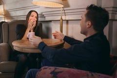 Ο τύπος φιλά μια άποψη κοριτσιών άνωθεν Στοκ Εικόνες
