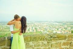 Ο τύπος φιλά το κορίτσι Στοκ Εικόνες
