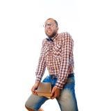 Ο τύπος Nerd φέρνει το βαρύ φορτίο της γνώσης με μορφή βιβλίων Στοκ φωτογραφία με δικαίωμα ελεύθερης χρήσης