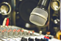 Ο υγιής τεχνικός ελέγχει τη μουσική Το μικρόφωνο είναι η εστίαση στοκ εικόνες