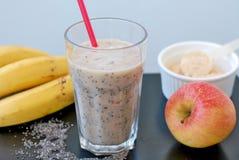 Ο υγιής χυμός καταφερτζήδων από το κόκκινο μήλο, οι σπόροι chia μπανανών και η πρωτεΐνη εγκαταστάσεων κονιοποιούν στο γυαλί με το Στοκ εικόνες με δικαίωμα ελεύθερης χρήσης