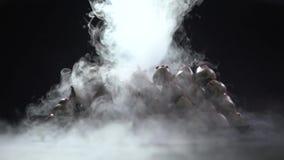Ο υγρός καπνός χύνει στις φράουλες στη σοκολάτα απόθεμα βίντεο
