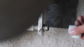 Ο υδραυλικός δίνει τους συγκολλώντας πλαστικούς σωλήνες σωλήνων Ο υδραυλικός με το συγκολλώντας σίδηρο συγκολλά τους πλαστικούς σ απόθεμα βίντεο