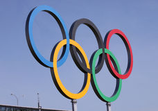 Ολυμπιακά δαχτυλίδια πέρα από το μπλε ουρανό Στοκ Φωτογραφίες