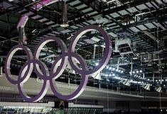 Ολυμπιακά δαχτυλίδια που κρεμούν στο ανώτατο όριο Στοκ Εικόνα