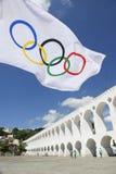 Ολυμπιακή σημαία που πετά Arcos DA Lapa στο Ρίο ντε Τζανέιρο αψίδων Στοκ εικόνα με δικαίωμα ελεύθερης χρήσης