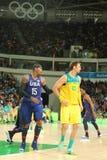 Ολυμπιακός πρωτοπόρος Carmelo Anthony της ομάδας ΗΠΑ Λ και Δαβίδ Andersen της Αυστραλίας στη δράση κατά τη διάρκεια της αντιστοιχ Στοκ φωτογραφία με δικαίωμα ελεύθερης χρήσης