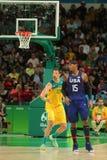 Ολυμπιακός πρωτοπόρος Carmelo Anthony της ομάδας ΗΠΑ Ρ και Δαβίδ Andersen της Αυστραλίας στη δράση κατά τη διάρκεια της αντιστοιχ Στοκ φωτογραφία με δικαίωμα ελεύθερης χρήσης