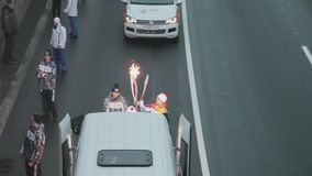 Ολυμπιακός φανός του Sochi φυλών ηλεκτρονόμων βλαστών Quadrocopter σε Άγιο Πετρούπολη Torchbearers με τη φλόγα απόθεμα βίντεο