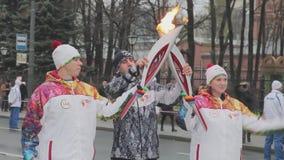 Ολυμπιακός φανός του Sochi φυλών ηλεκτρονόμων σε Άγιο Πετρούπολη Θηλυκή φλόγα περασμάτων torchbearer στο άτομο Χέρια κυμάτων απόθεμα βίντεο