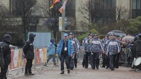 Ολυμπιακός φανός του Sochi φυλών ηλεκτρονόμων σε Άγιο Πετρούπολη Τα άτομα φέρνουν το κηροπήγιο εγκαυμάτων αναφλέγουν την ολυμπιακ φιλμ μικρού μήκους