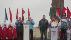 Ολυμπιακός φανός του Sochi φυλών ηλεκτρονόμων σε Άγιο Πετρούπολη Το κερί εγκαυμάτων λαβής ατόμων αναφλέγει τη φλόγα στη σκηνή απόθεμα βίντεο