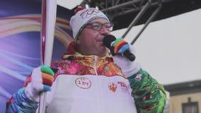 Ολυμπιακός φανός του Sochi φυλών ηλεκτρονόμων σε Άγιο Πετρούπολη Το Torchbearer με όχι τη φλόγα εγκαυμάτων, μιλά στη σκηνή φιλμ μικρού μήκους