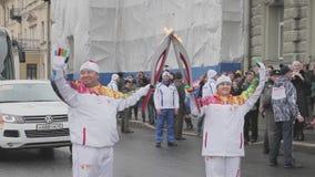 Ολυμπιακός φανός του Sochi φυλών ηλεκτρονόμων σε Άγιο Πετρούπολη Φλόγα περασμάτων Torchbearers Χέρια κυμάτων Οκτώβριος απόθεμα βίντεο