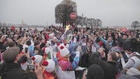 Ολυμπιακός φανός του Sochi φυλών ηλεκτρονόμων σε Άγιο Πετρούπολη Torchbearers με τη φλόγα άνθρωποι πλήθους απόθεμα βίντεο